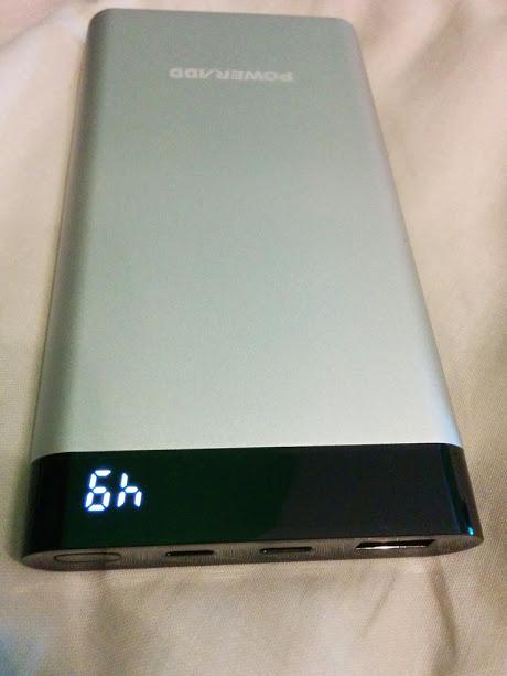 Cuerpo de aluminio y pantalla digital.