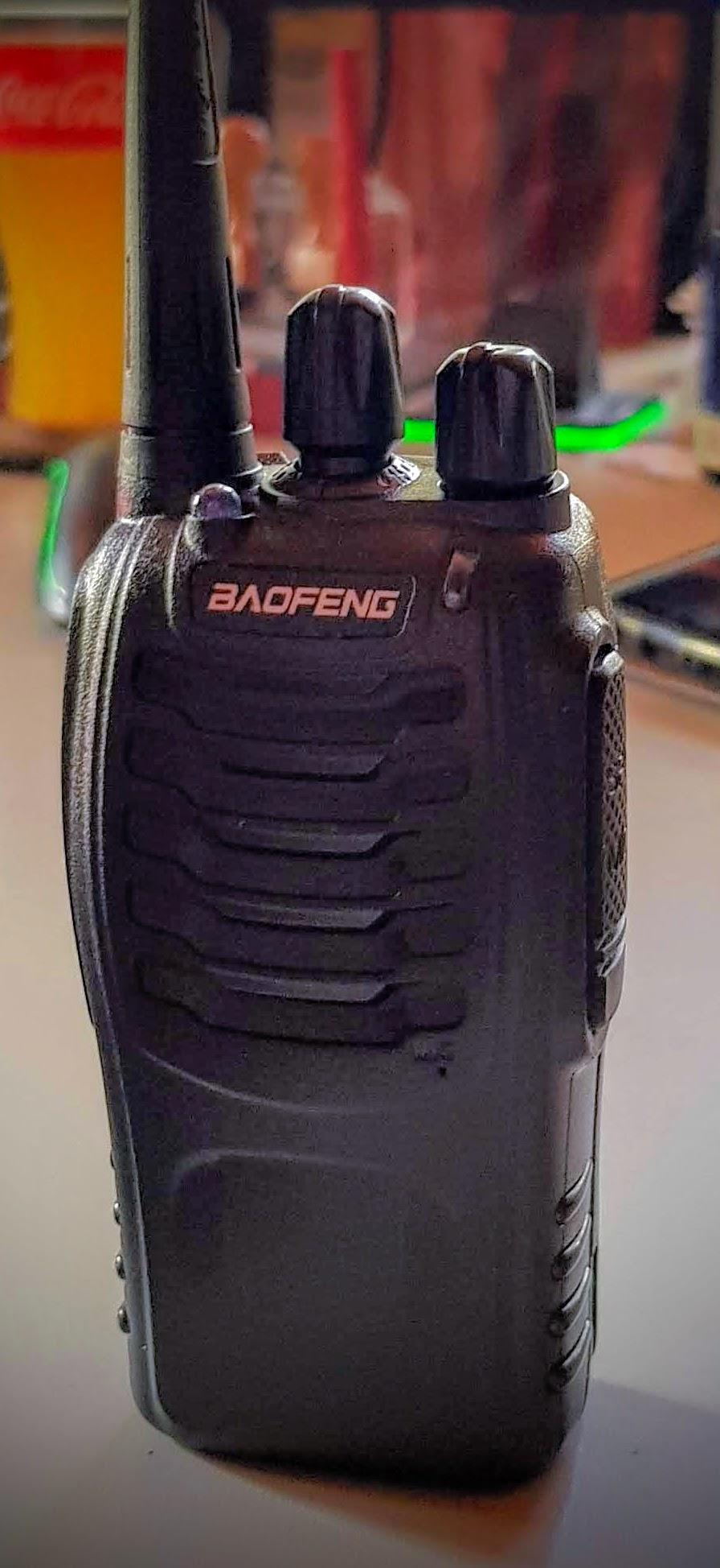 sehr schönes Funkgerät - die Machart mit den Akkus erinnert mich an Motorola