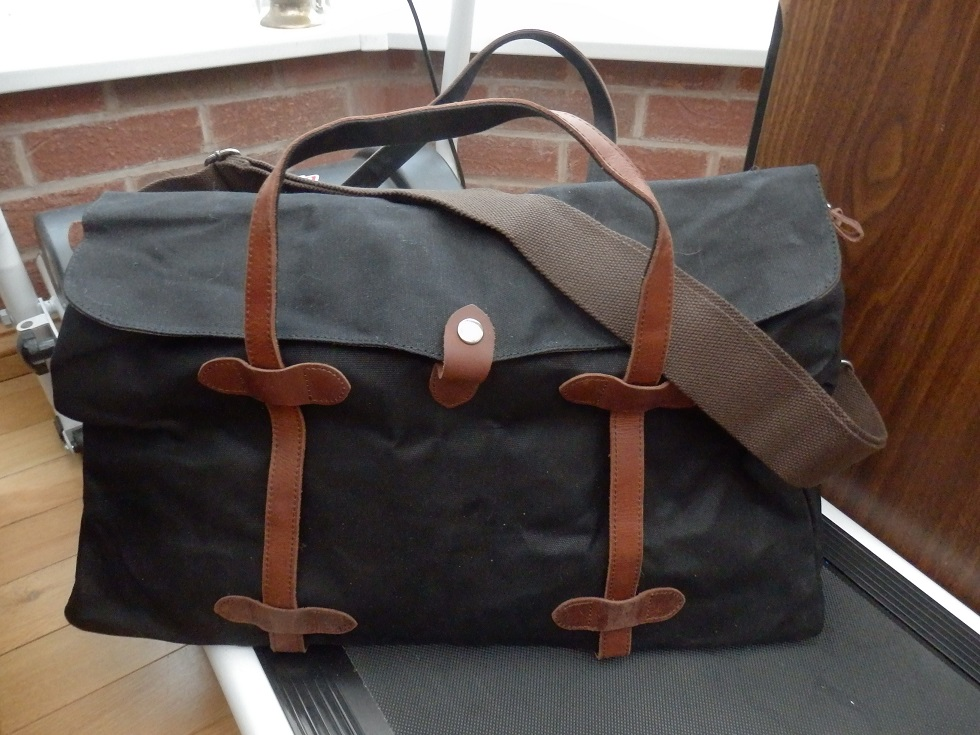 An oversized, waterproof travel bag with a vintage look from Fresion