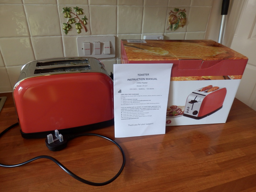 A retro designed red toaster with several modern useful functions by Latitop