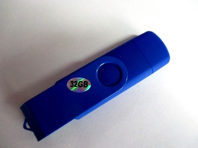 Versatile 32gb Memory Stick With USB 2.0 & Micro USB Plugs