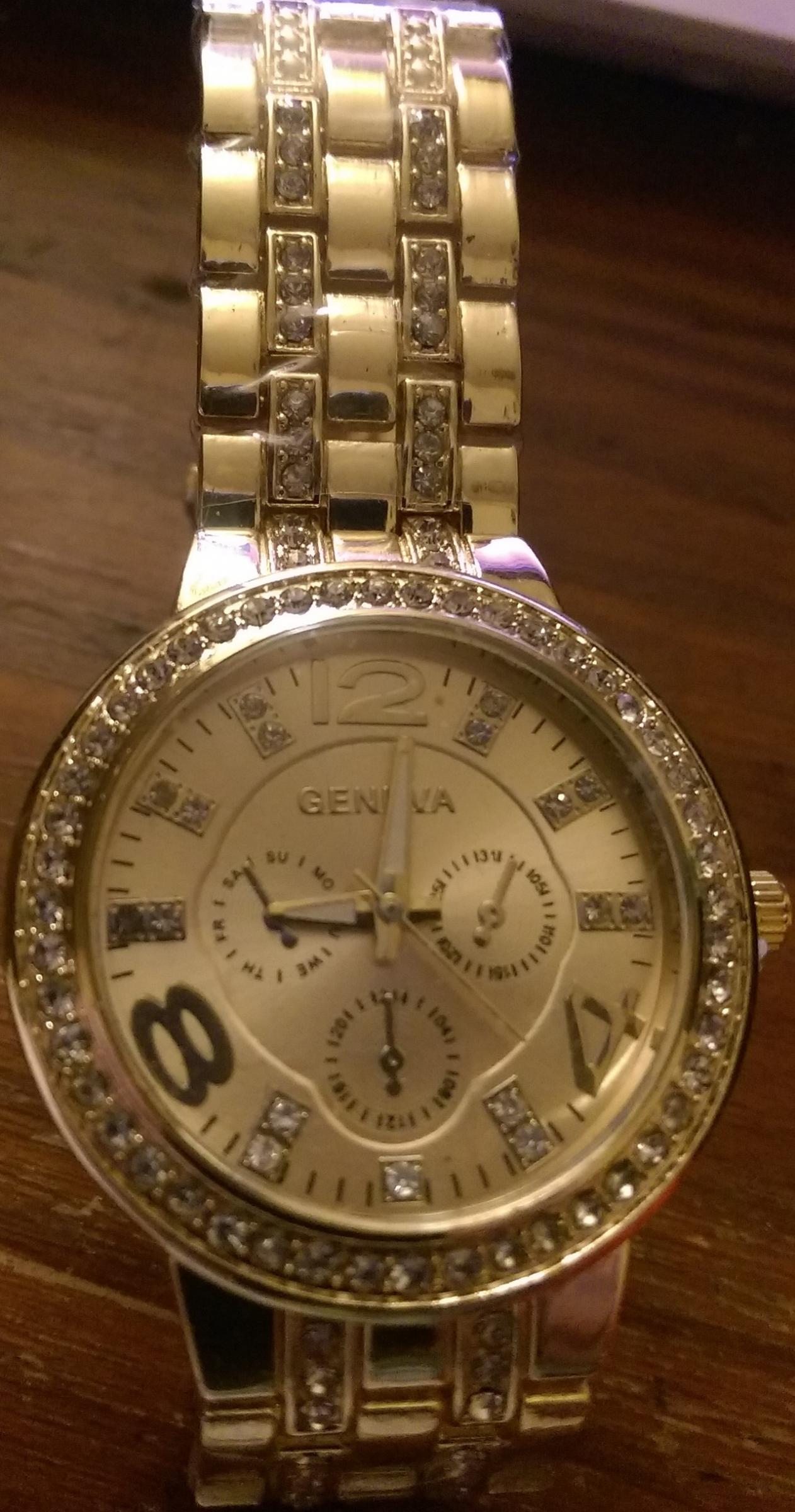 Une montre dorée bling bling